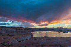 从大厅横渡采取的日落的湖鲍威尔 库存图片