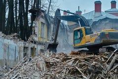 大厦、挖掘机在工作,破坏和废墟的爆破 库存图片
