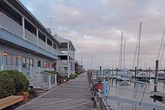 大厦、船坞和小船在日落在Beaufort,北卡罗来纳 图库摄影