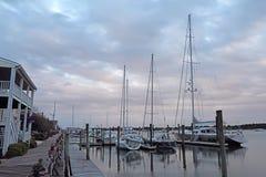 大厦、船坞和小船在日落在Beaufort,北卡罗来纳 免版税库存图片