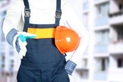 大厦、配合、合作、姿态和人概念-接近招呼在手套的建造者某人建造场所的 免版税库存照片