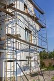 大厦使用多苯乙烯的墙壁绝缘材料的过程露天 在房子,整修的绞刑台 整修机智的议院 免版税图库摄影