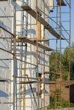大厦使用多苯乙烯的墙壁绝缘材料的过程露天 在房子,整修的绞刑台 整修机智的议院 库存图片