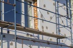 大厦使用多苯乙烯的墙壁绝缘材料的过程露天 在房子,整修的绞刑台 整修机智的议院 图库摄影