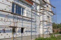 大厦使用多苯乙烯的墙壁绝缘材料的过程露天 在房子,整修的绞刑台 整修机智的议院 免版税库存照片