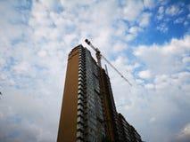 大厦修建在天空下在夏天 图库摄影