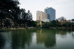 大厦和一个池塘国立台湾大学的,在台北, T 库存图片