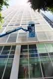大厦和一台蓝色建筑用起重机的图象 免版税库存图片