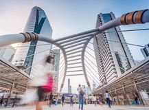 大厦和交通在商业区 免版税图库摄影