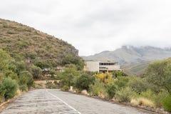大厦和停车处在Cango洞 免版税库存照片
