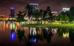 大厦和反射在湖Eola在晚上, Orlan的棕榈树 库存照片