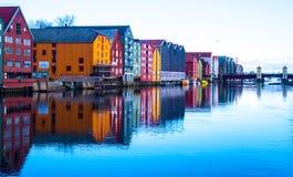 大厦和反射在特隆赫姆江边,挪威 免版税库存照片