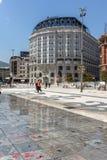 大厦和喷泉在斯科普里市中心,马其顿 免版税库存图片