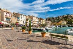 大厦和小船在城市中心卡西斯,法国 免版税库存图片