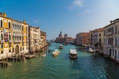 大厦和小船在威尼斯 免版税库存照片