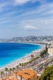 大厦和海滩在蓝色海旁边在尼斯城市,Fran 库存照片