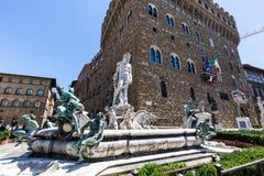 大厦和海王星喷泉在广场della绅士的 图库摄影
