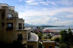 大厦和社区在海旁边 免版税图库摄影