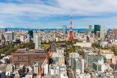 大厦和红色塔蓝天背景东京都市风景  库存图片