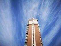 大厦和蓝天在夏天 库存照片