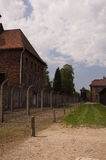 大厦和铁丝网篱芭在纳粹集中营我 免版税库存照片