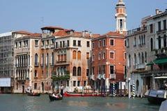 大厦和长平底船看法在运河在威尼斯 库存照片