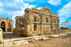 大厦和阿波罗寺庙罗马帝国,边古老废墟, 免版税库存照片