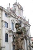 大厦和雕象布拉格 免版税库存照片