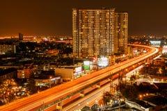 大厦和高速公路在暮色时间 图库摄影