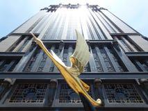 大厦和鸟雕象,新加坡 图库摄影