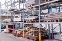 大厦和建筑材料在仓库里 免版税库存照片