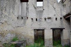 大厦和贮藏船舶,赫库兰尼姆考古学站点,褶皱藻属,意大利 免版税库存图片