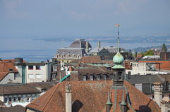 大厦和Geneva湖背景在洛桑瑞士 库存照片
