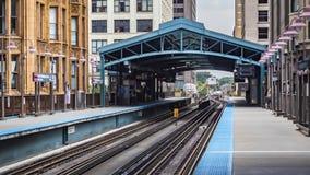 大厦围拢的五颜六色的地铁车站在圈 库存照片