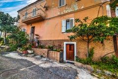 大厦在一个小镇在撒丁岛 库存照片