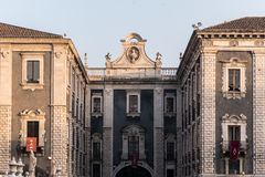 大厦在卡塔尼亚街市,有门的叫`波尔塔Uzeda ` 库存图片