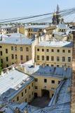 大厦在圣彼德堡,从上面城市的看法,老大厦屋顶在市中心,圆顶正统 库存图片