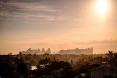 大厦在巴拉岛da Tijuca从上面看见与小山的房子在日落,金黄光期间 barra da de janeiro里约tijuca 免版税库存照片