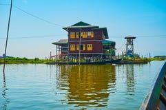 大厦在湖,缅甸 库存照片