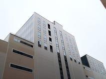 大厦在离开在高度秋天多云天气的一个锐角 免版税库存图片