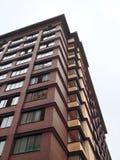 大厦在离开在高度秋天多云天气的一个锐角 库存照片