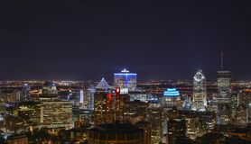 大厦在街市蒙特利尔在晚上 免版税库存图片