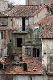 大厦在被放弃的托斯卡纳村庄 免版税库存照片