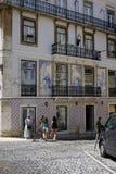大厦在里斯本,装饰由典型的被绘的瓷砖Azulejos 库存图片