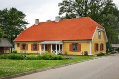 大厦在锡古尔达附近的Turaida村庄 拉脱维亚 免版税库存照片