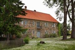 大厦在锡古尔达附近的Turaida村庄 拉脱维亚 库存图片