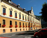 大厦城市圆柱状大厅匈牙利 在镇布拉索夫(Kronstadt)环境美化,在Transilvania 免版税库存照片