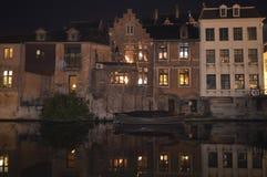 大厦夜视图在水反射了在跟特, 2017年11月5日的比利时 库存图片