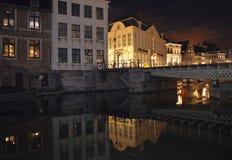大厦夜视图在水反射了在跟特, 2017年11月5日的比利时 免版税库存照片