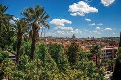 大厦大教堂圆顶、纪念碑和屋顶概要在一个晴天在罗马 免版税图库摄影